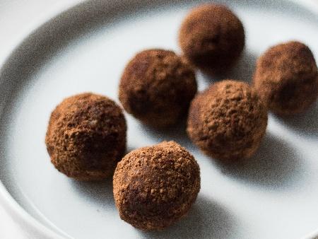 Домашни сладки трюфели (бонбони) с лешници, черен шоколад и кондензирано мляко - снимка на рецептата